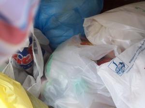 E aprendo i cassonetti... bottiglie, carta e rifiuti che dovrebbero essere stati differenziati!!